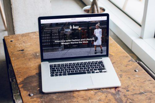 Foto von einem MacBook Pro auf einem Tisch. Mit einer Abbildung von einem Lifestyle Blogger Interview.