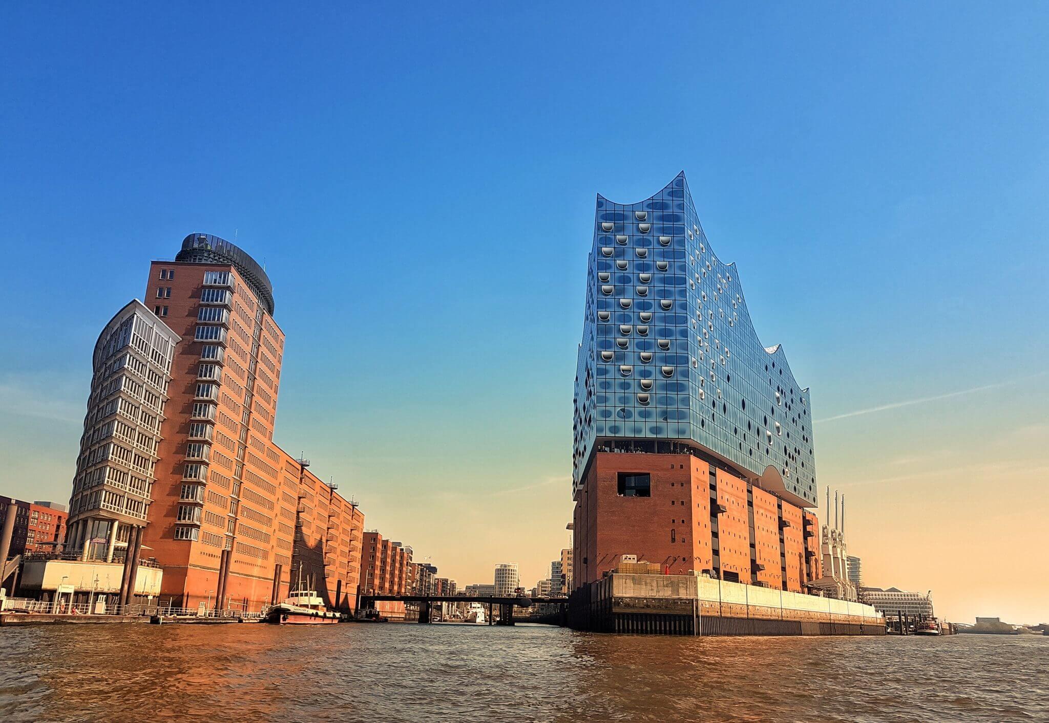 Hamburger Konzerthalle und die Hafencity bei Sonnenuntergang