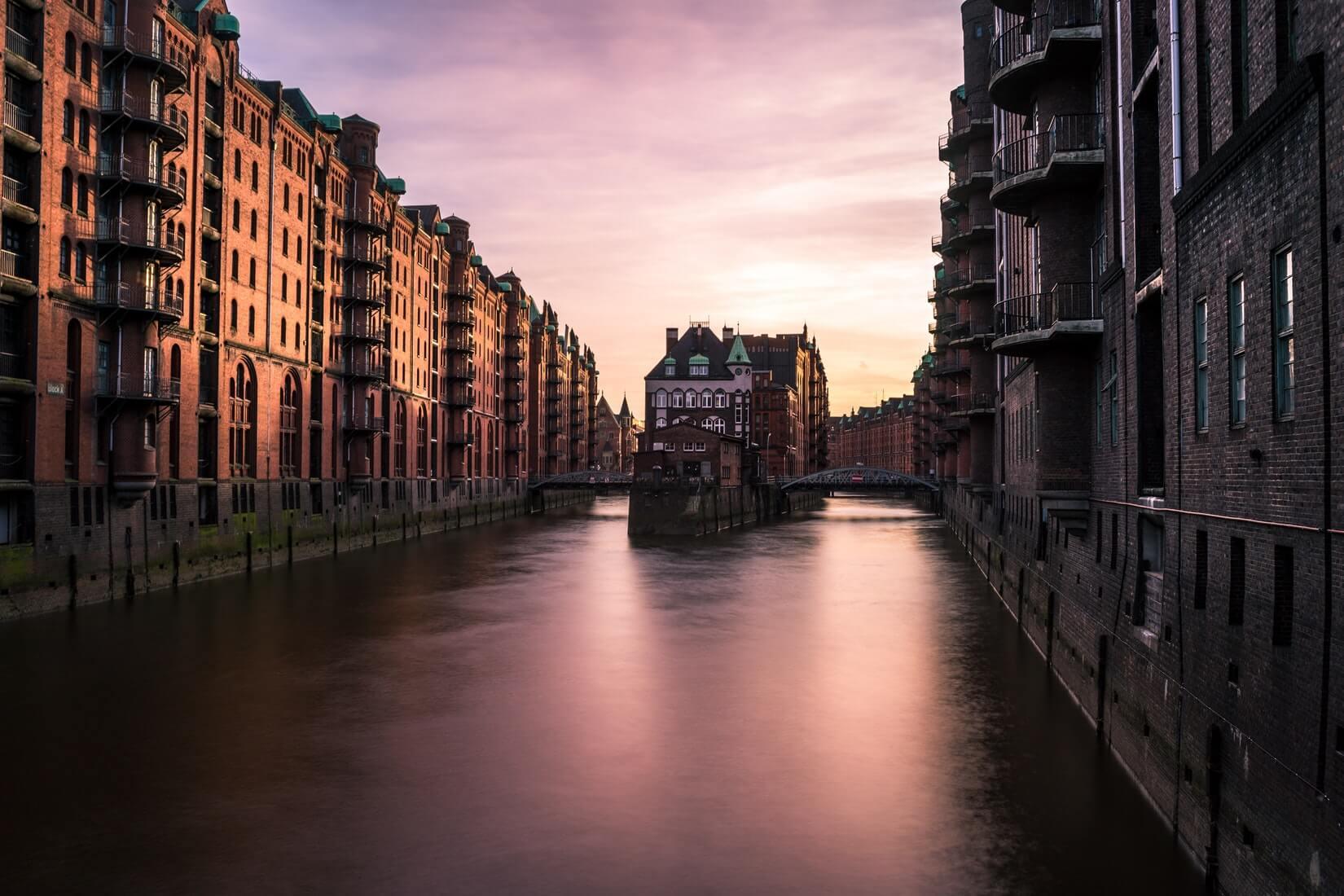 Ein Bild beim Sonnenuntergang aus der Speicherstadt in Hamburg