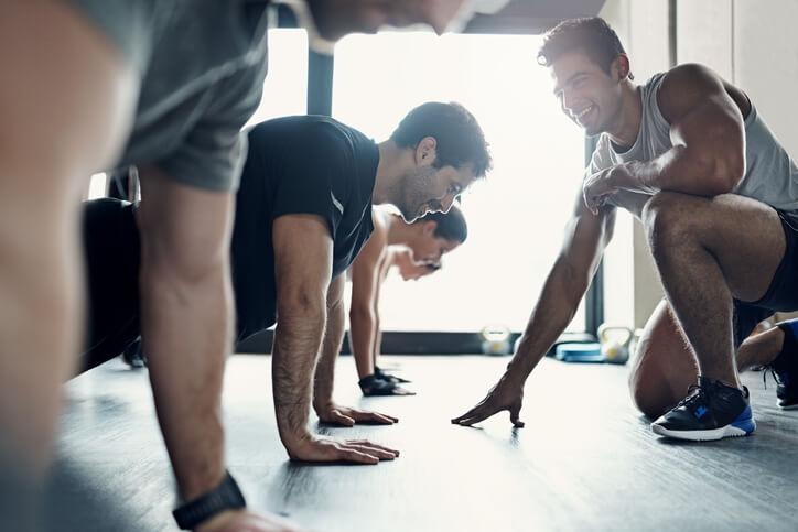 Eine kleine Gruppe von Männern beim Trainieren ohne Gewichte