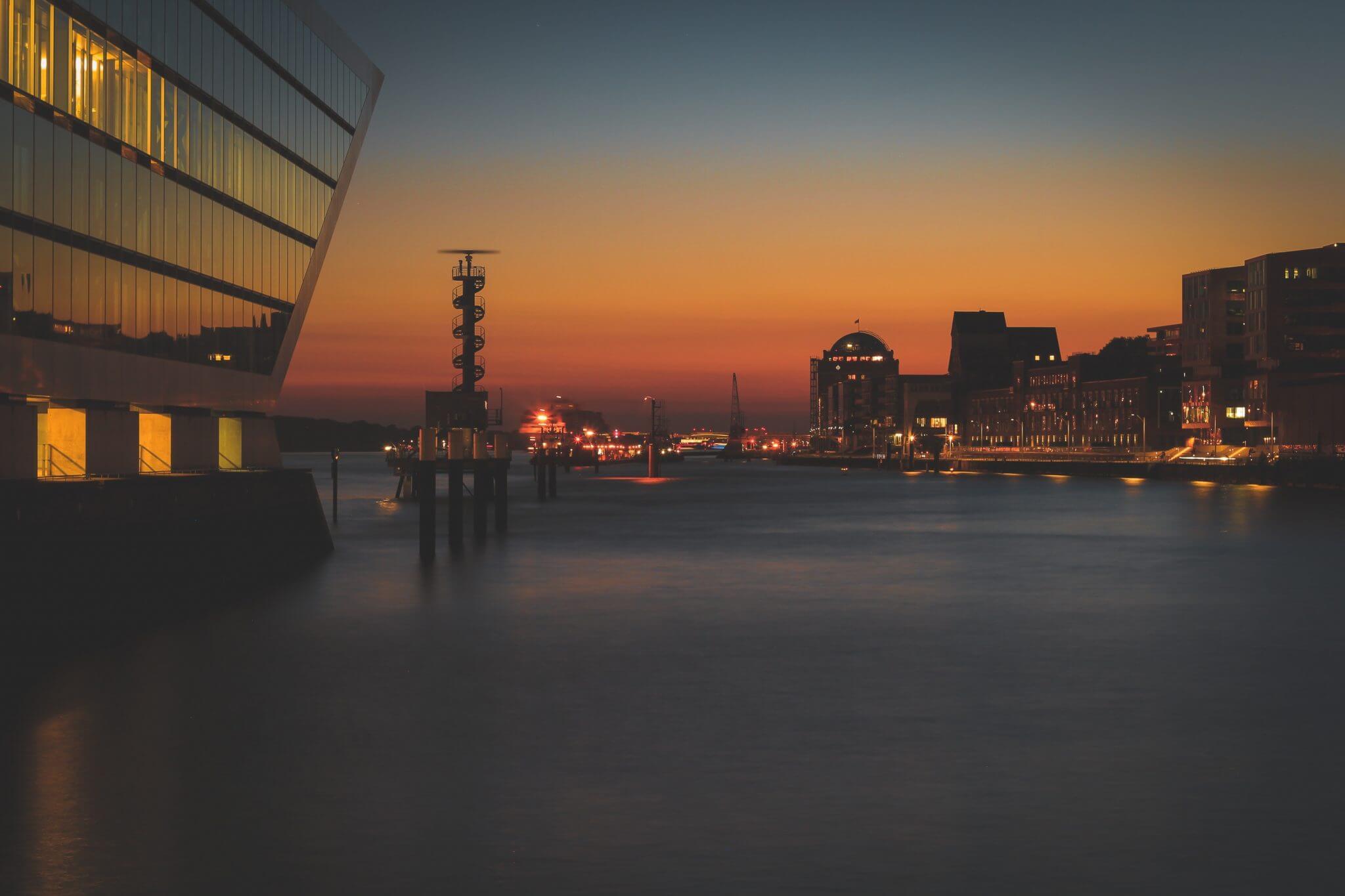 Ein Bild von den Landungsbrücken in Hamburg bei schönem Wetter und einem Sonnenuntergang