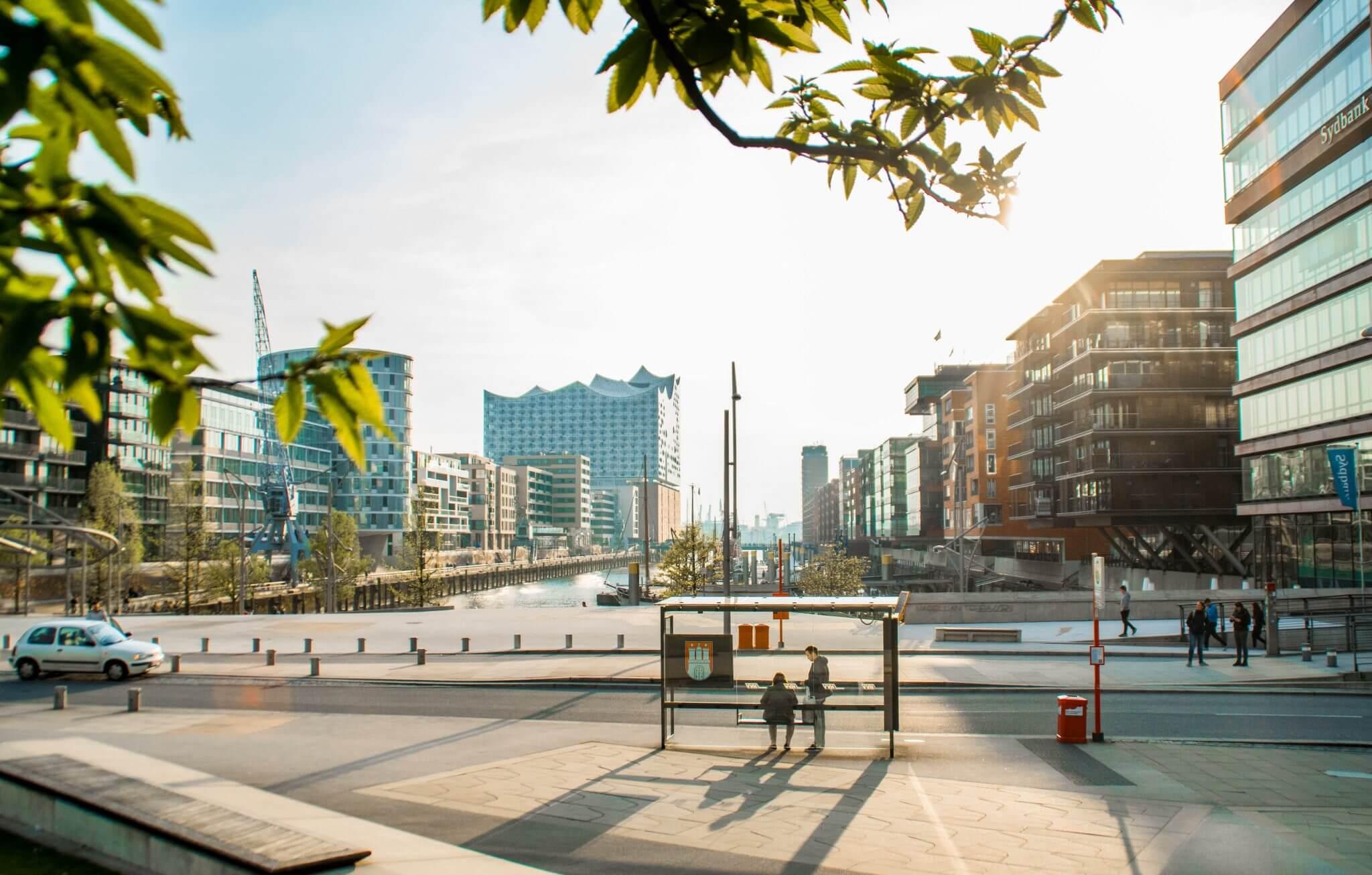 Ein Bild von der Hafencity in Hamburg mit Blick auf die Elbphilharmonie