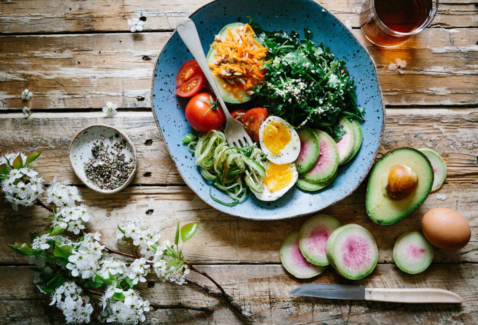 Schüssel mit Eiern, Avocado, Spinat