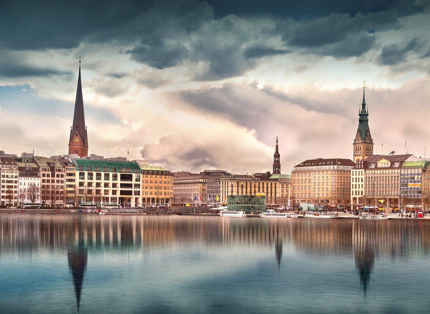 Ein Bild von der Binnenalster in Hamburg mit dem Hotel Vier Jahreszeiten