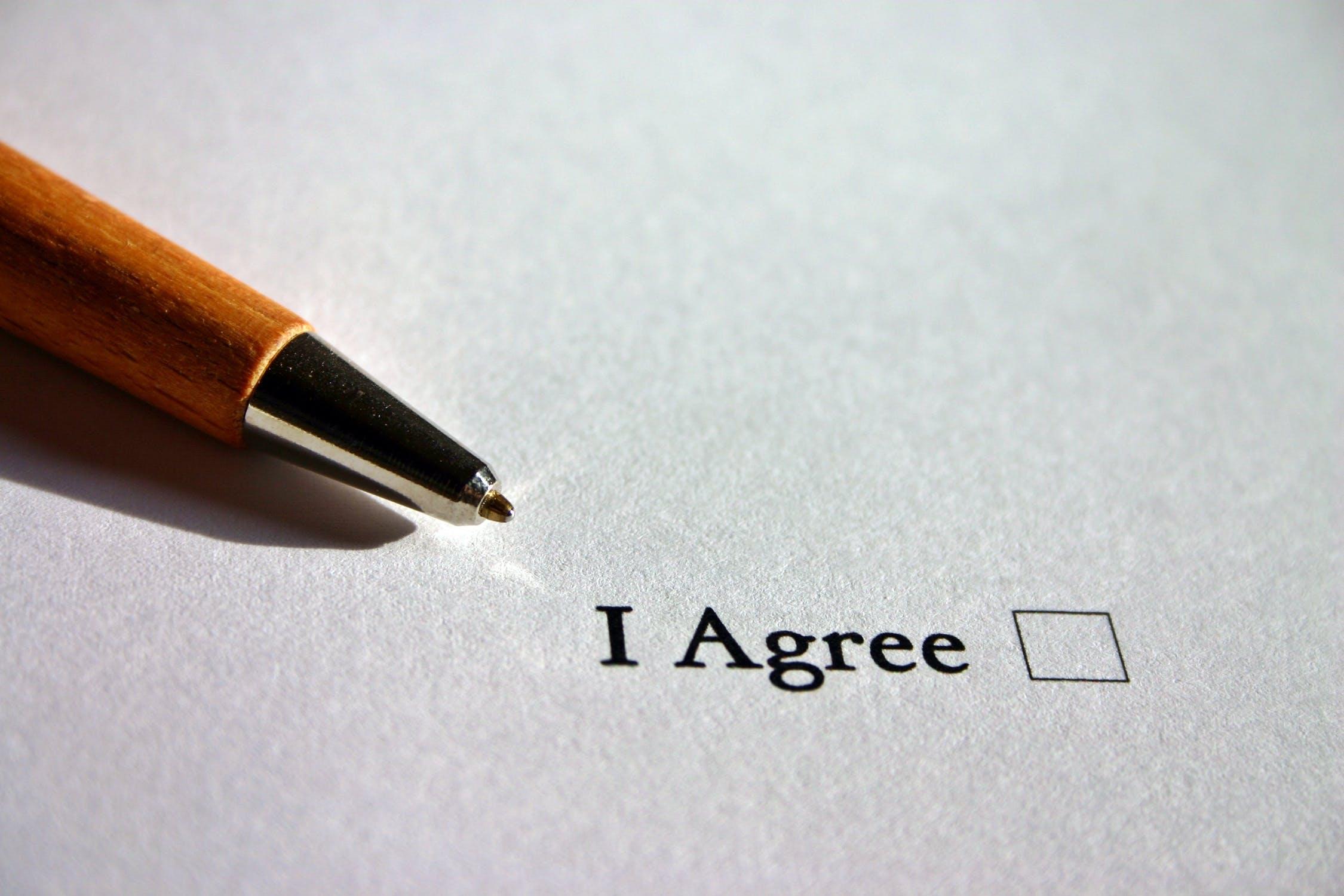 Bild mit einem Stift auf einem weißem Papier mit einer Box zum ankreuzen