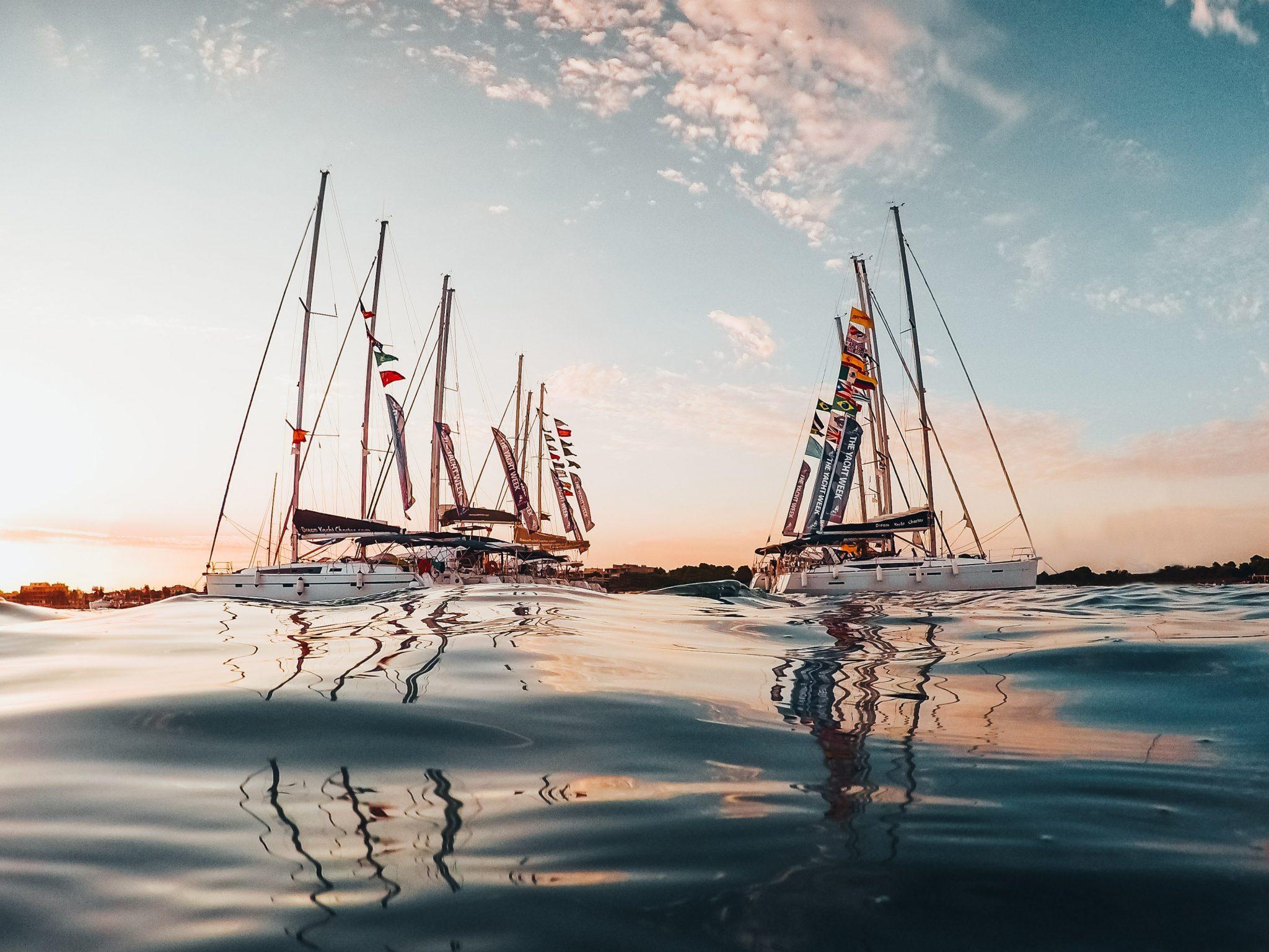 EIn Bild von einer ruhigen Bucht mit unterschiedlichen Segelbooten vor Anker
