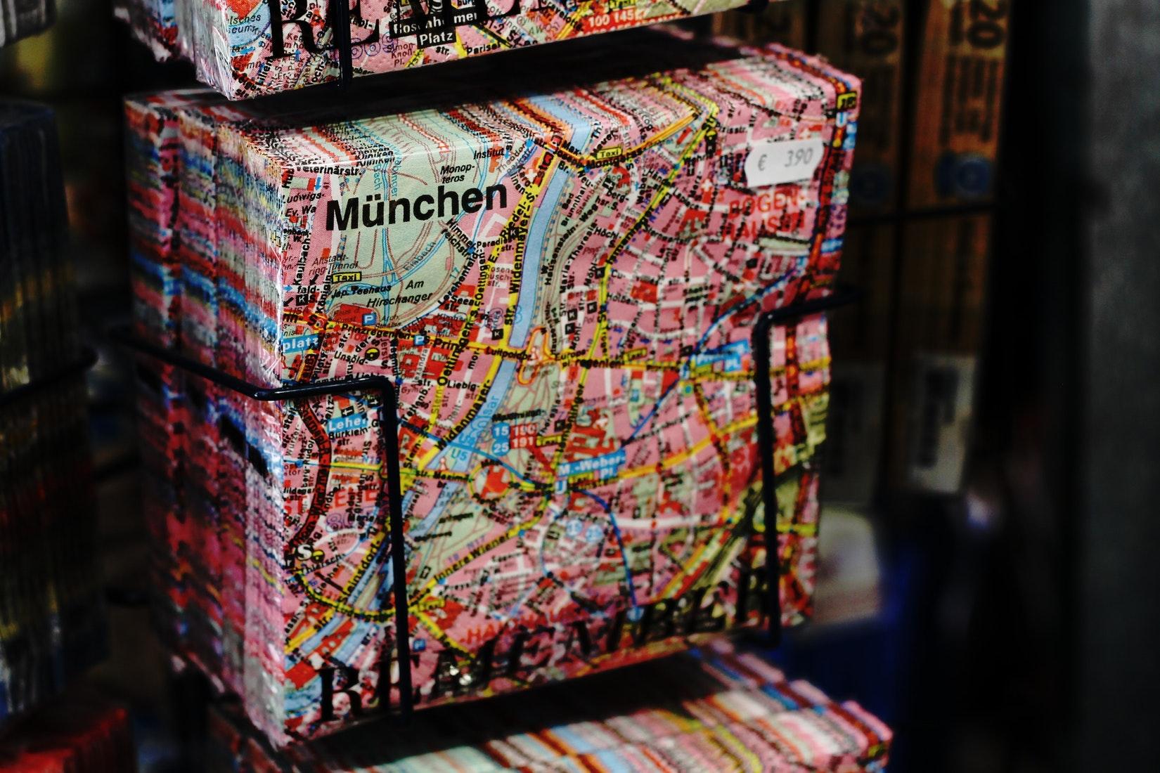 Eine Postkarte mit Landkarte von München