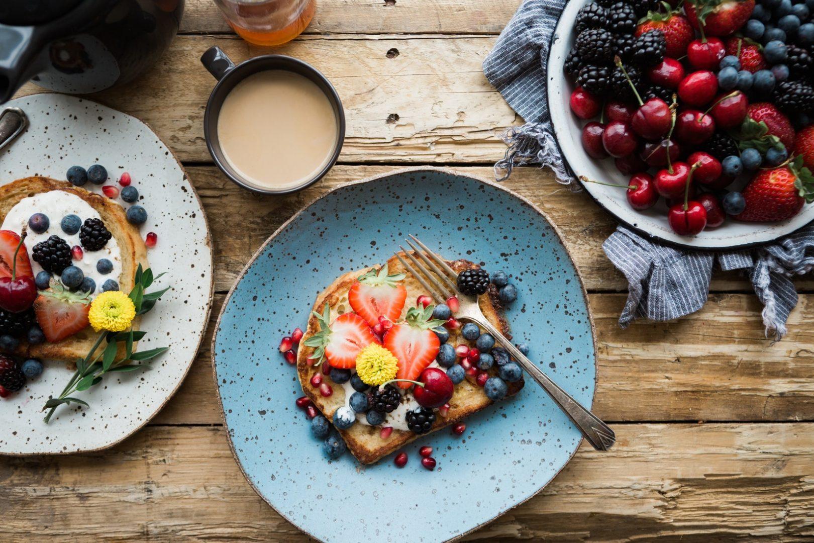 Ein Bild von einem gesundem Frühstück auf einem Holztisch