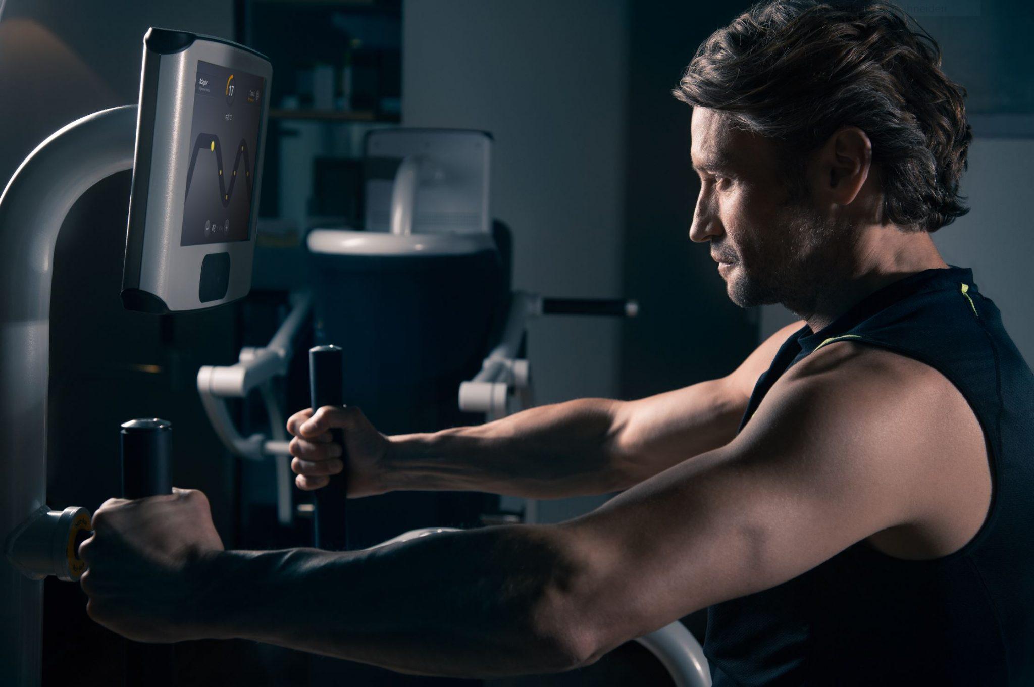 Ein Bild von einem Trainierendem Herren auf einem eGym Gerät