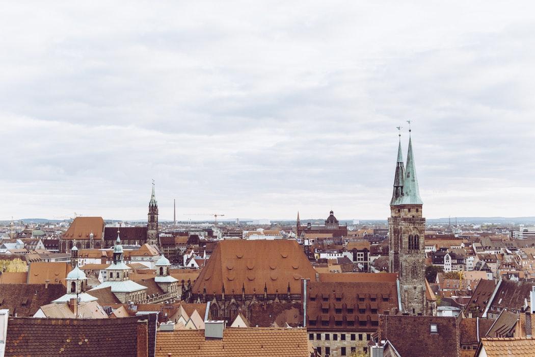 Dächer und Krichenturm in München