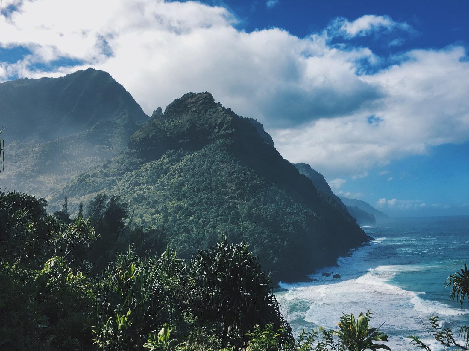 Ein Fotot von einer Tropen Insel mit blauem Himmel
