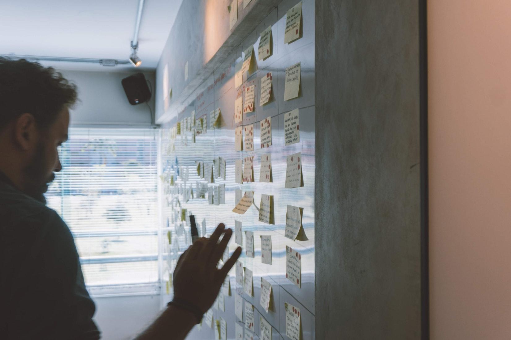 Ein Bild von einer Postit Wall in einem Office