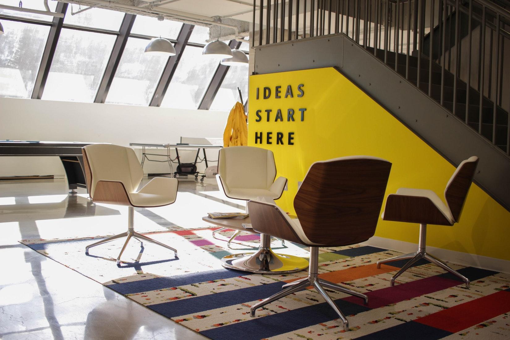 Ein Bild von einem Meetingraum mit einem gelben Slogan an der Wand