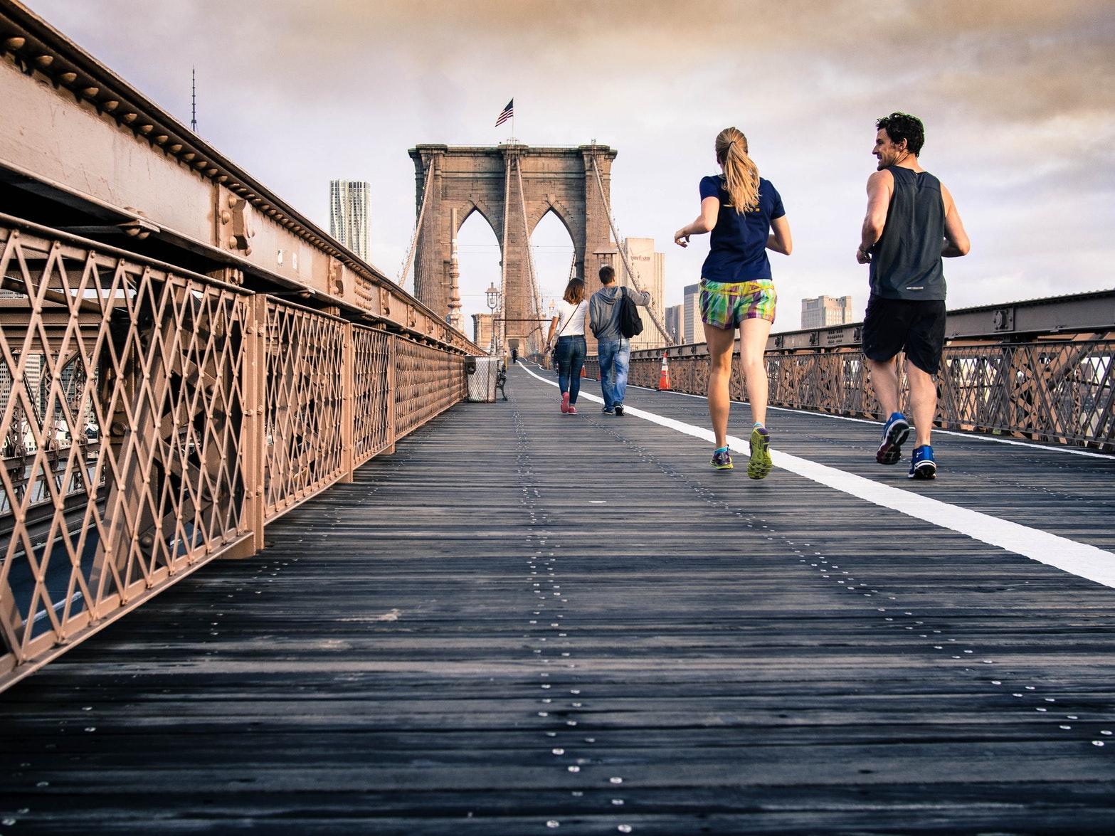 Ein Bild von zwei Joggerin in New York auf einer Brücke
