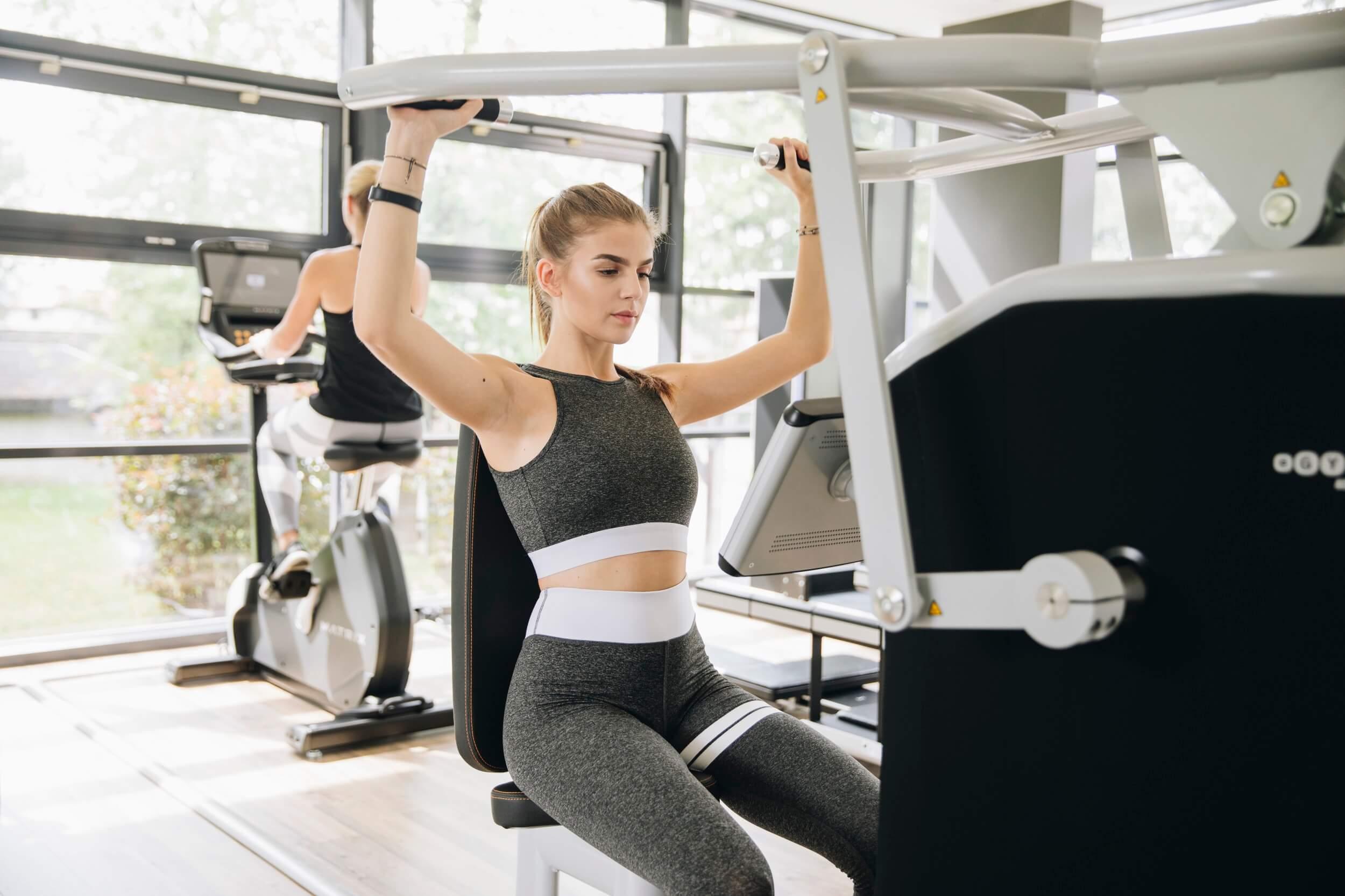 Training an Kraftgeräten bei MAIKAI Fitness