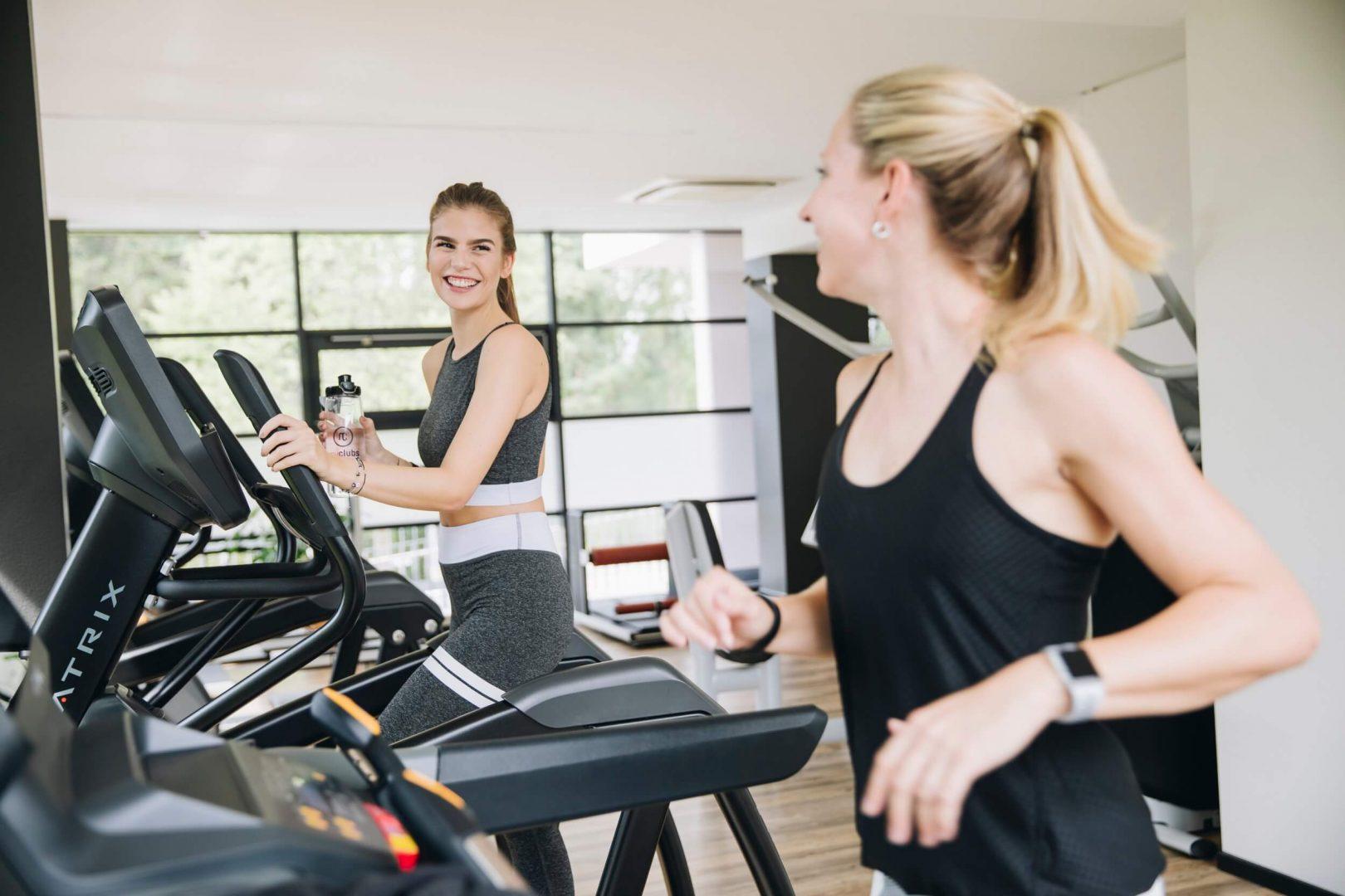 Laufband und Stepper bei MAIKAI Fitness in Salzburg
