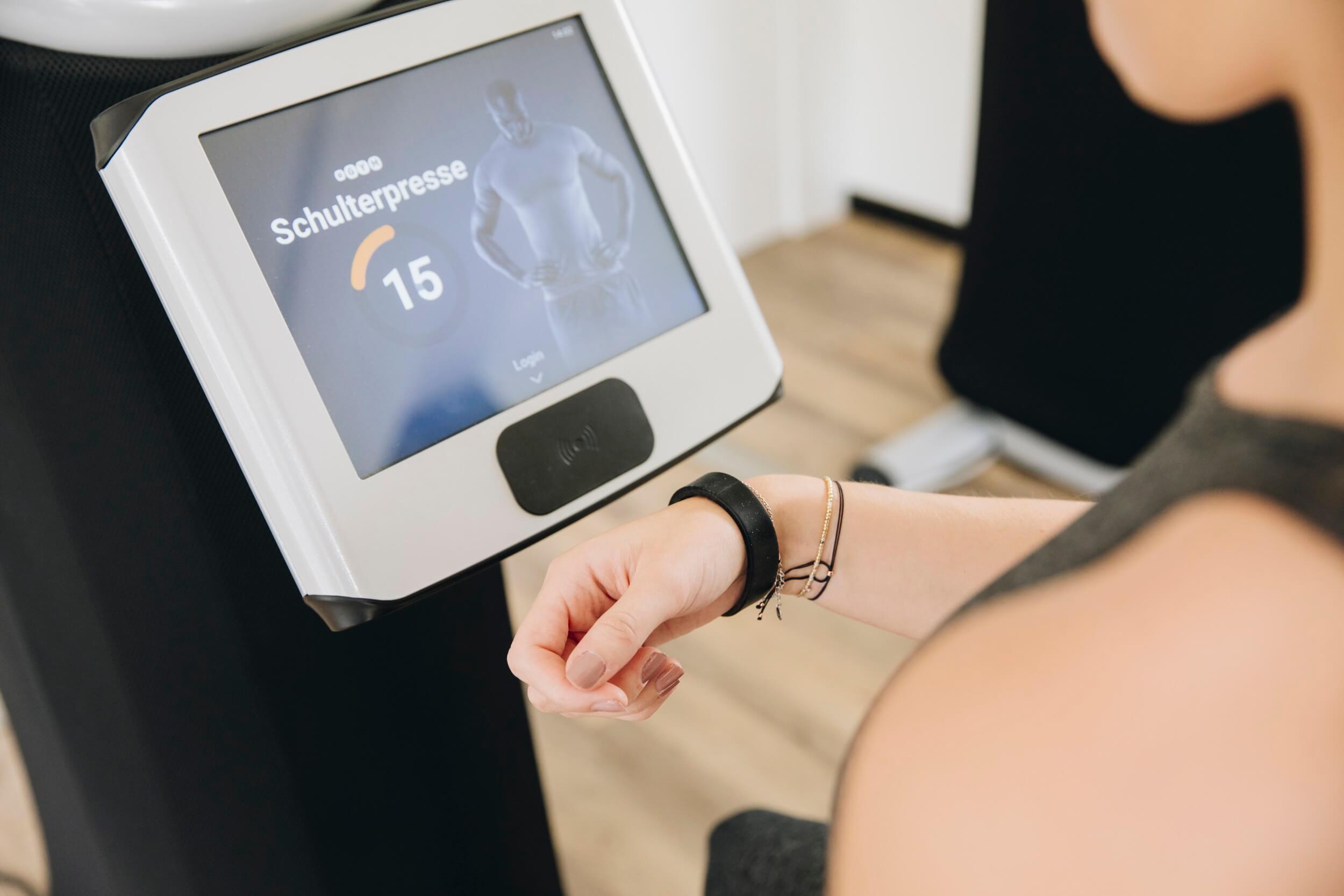 Check-in bei den Geräten bei MAIKAI Fitness in Salzburg