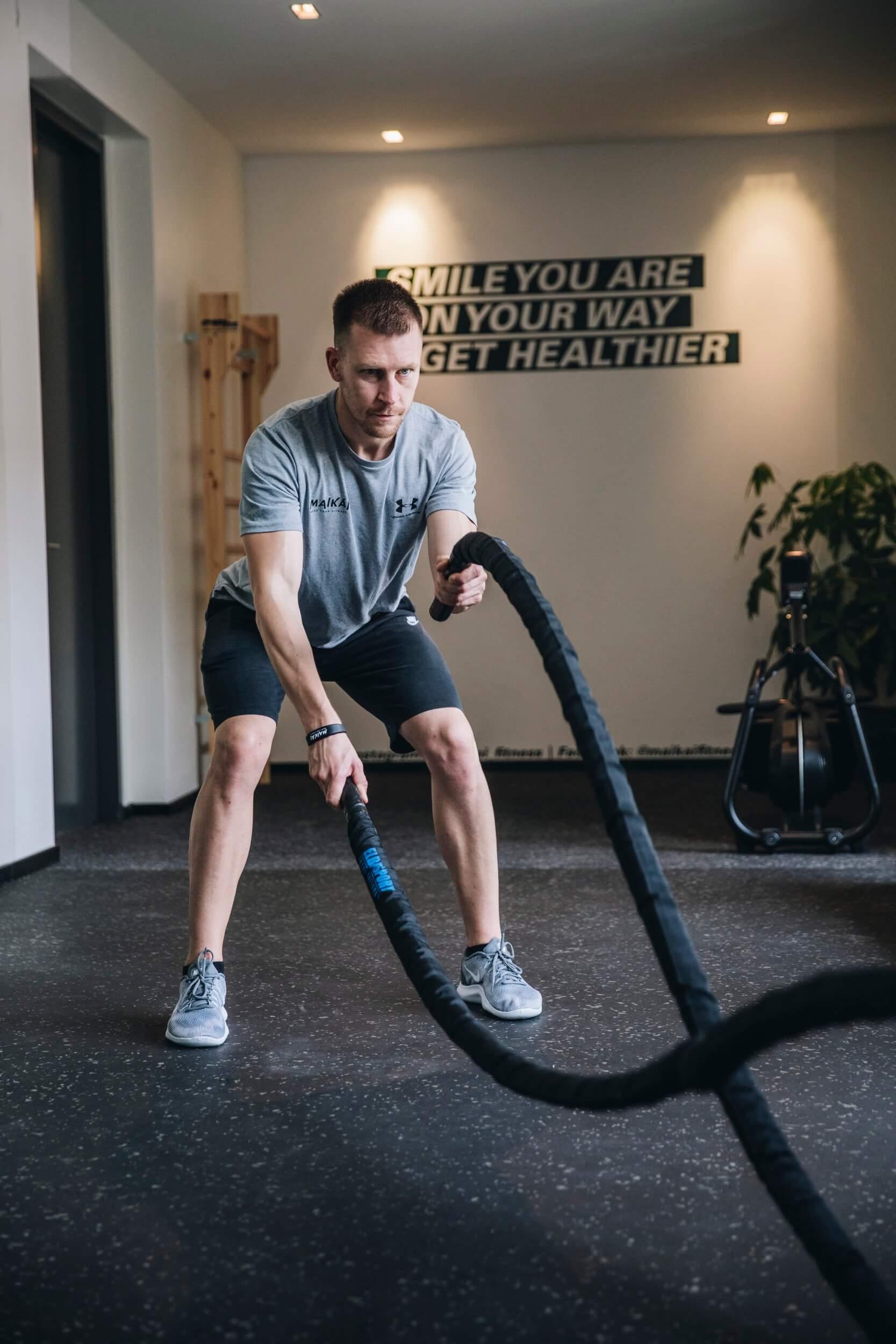 Ropes Swing Training Mann bei MAIKAI Fitness in Salzburg